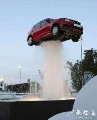 [车子被喷泉截住了 [搞笑交通]]↓微信扫一扫,看